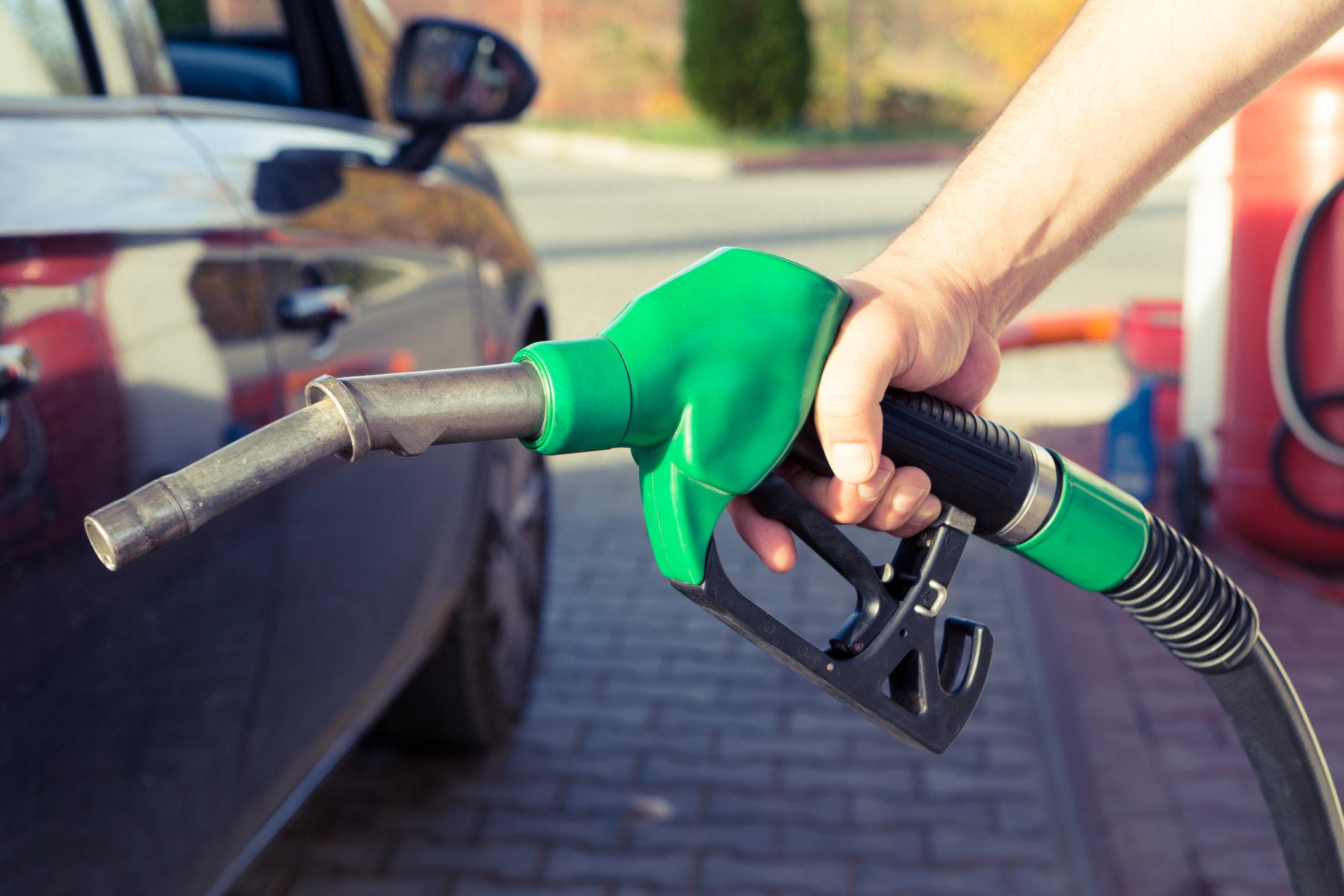 Крупные сети АЗС снизили цены на топливо